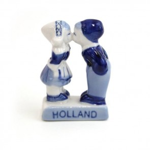 Delft blue kissing figurine